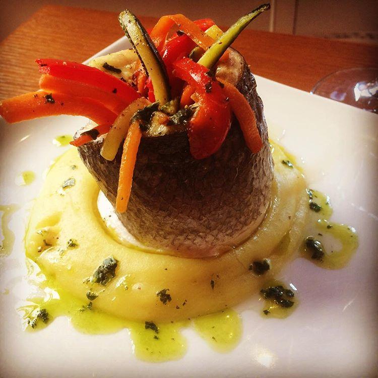 branzino con verdure croccanti su crema di patate e basilico