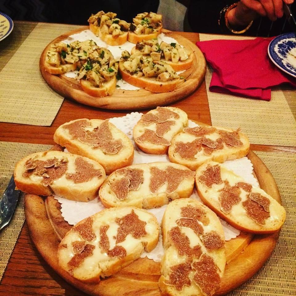 crostini con tartufo e porcini