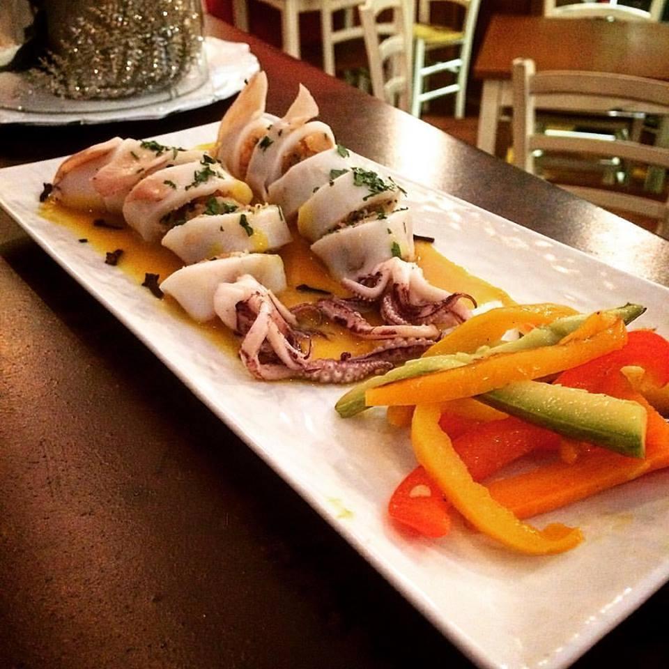 Calamari ripieni di salmone con riduzione allo zafferano e peperoni scottati
