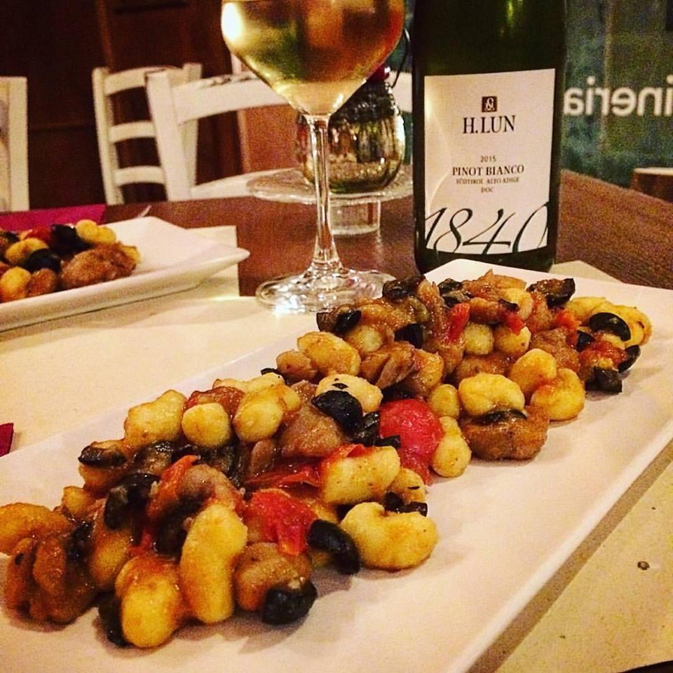 Gnocchetti con ragù di rana pescatrice, olive e ciliegini