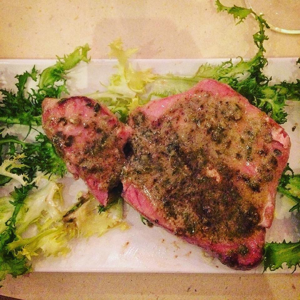 La nostra bistecca di tonno con salsa ai capperi