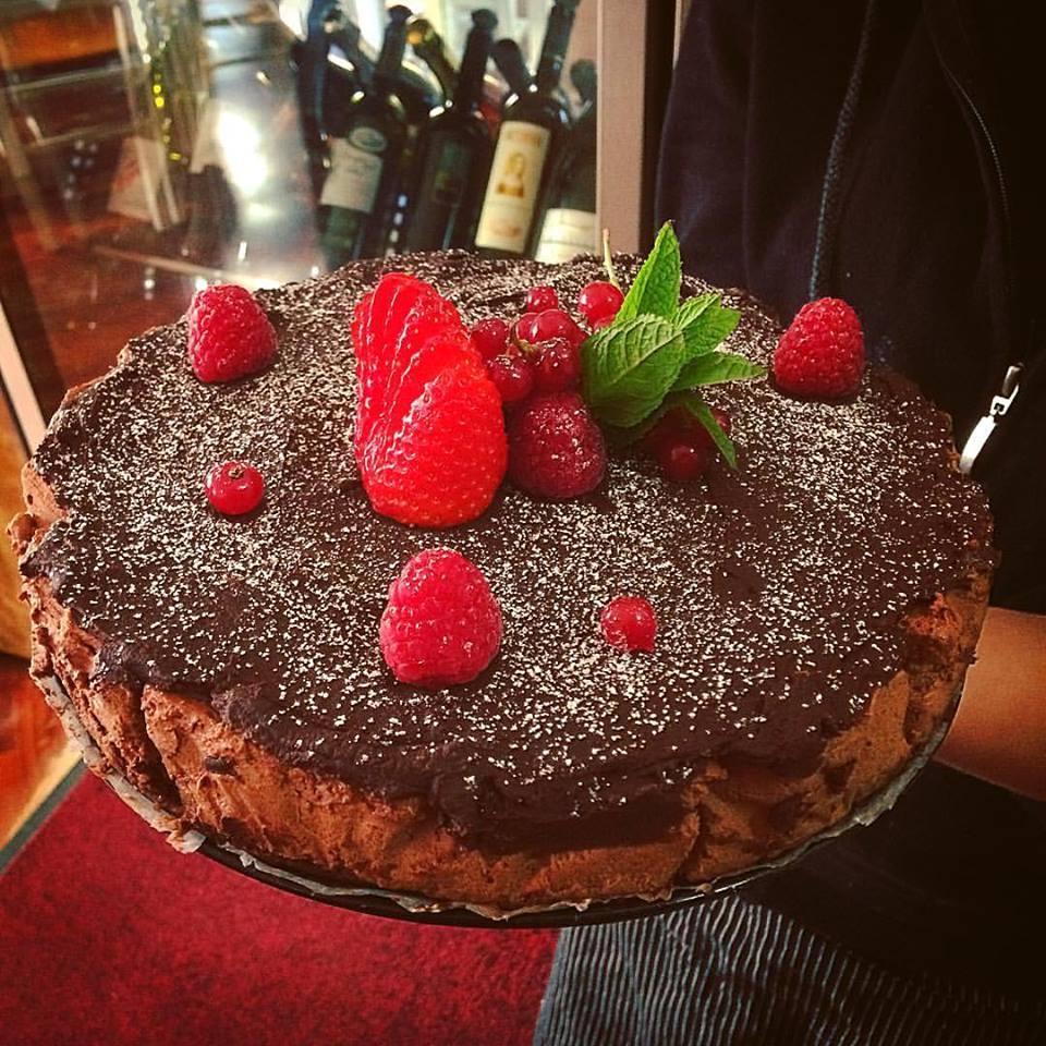 La nostra cheesecake al cioccolato e frutti rossi