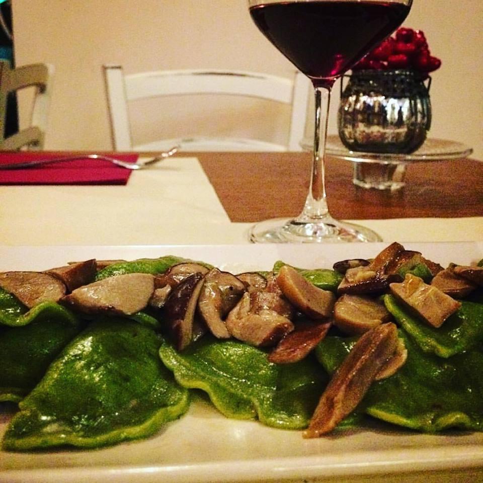 Ravioli agli spinaci con porcini e grana