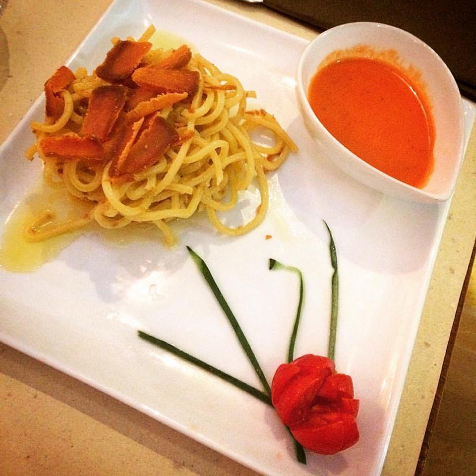 Spaghetti con bottarga di muggine e crema di ciliegini e basilico